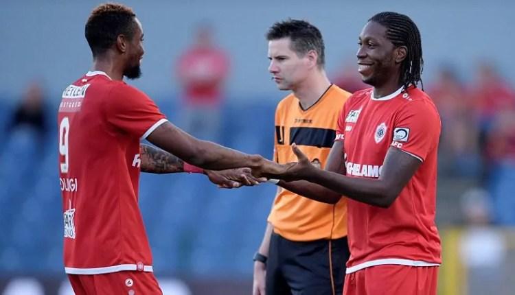 Europa League : Mbokani relaie Bolingi et fait passer Antwerp au prochain tour.