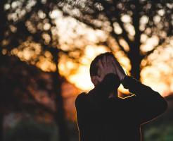 悲しんでいる男性の画像