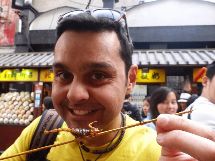 Comida estranha na China - escorpião frito no espeto