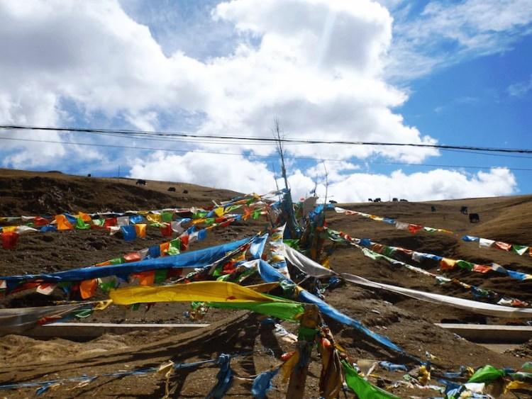 Bandeiras de oração Budistas em Litang Tibete China