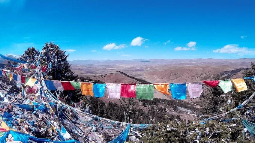Bandeiras de oração Budistas em Montanha Sagrada em Litang Tibete China