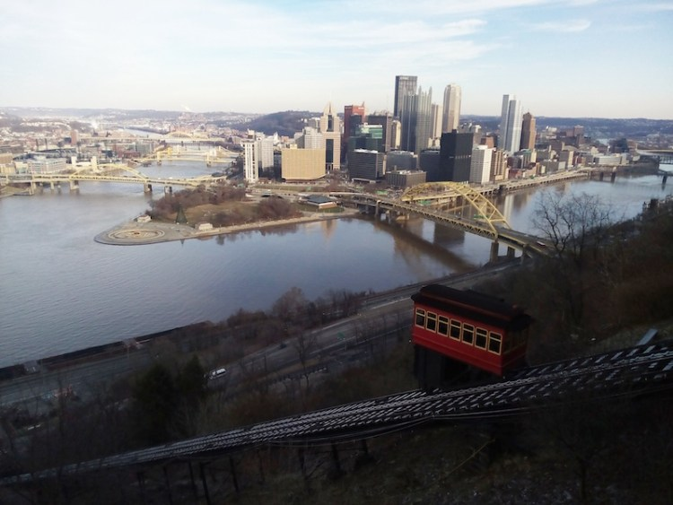 Vista de cartão postal de Pittsburgh com o Duquesne Incline