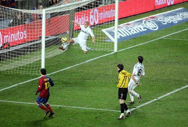Salt acrobàtic i patètic. Messi, que bo que ets.