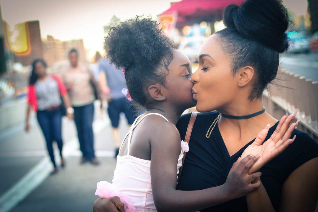 Nutrir a mente, construir o cérebro: Brincar com beijinhos