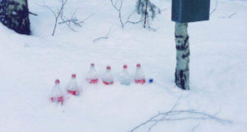 Flasker i snøen