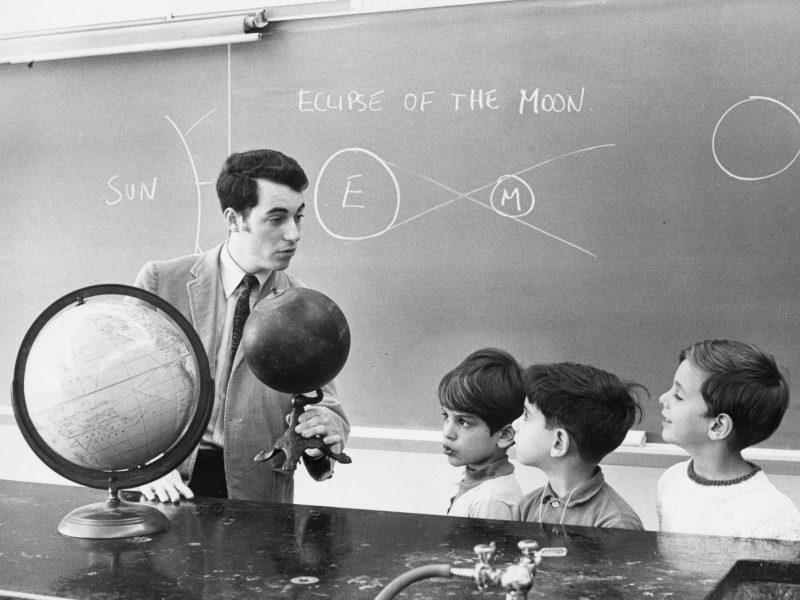 Educación. Escuela. Profesor. Niños