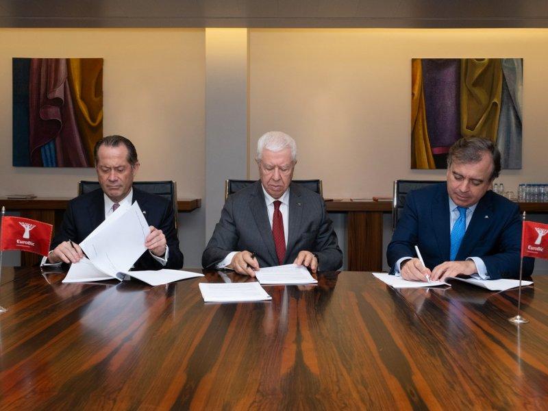 De izquerda a derecha, Juan Carlos Escotet Rodríguez, presidente de ABANCA, Fernando Teixeira dos Santos, presidente de EuroBic, y Francisco Botas, consejero delegado de ABANCA