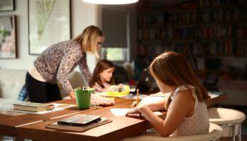 Niñas hacen los deberes con su madre durante el confinamiento para evitar propagar el coronavirus