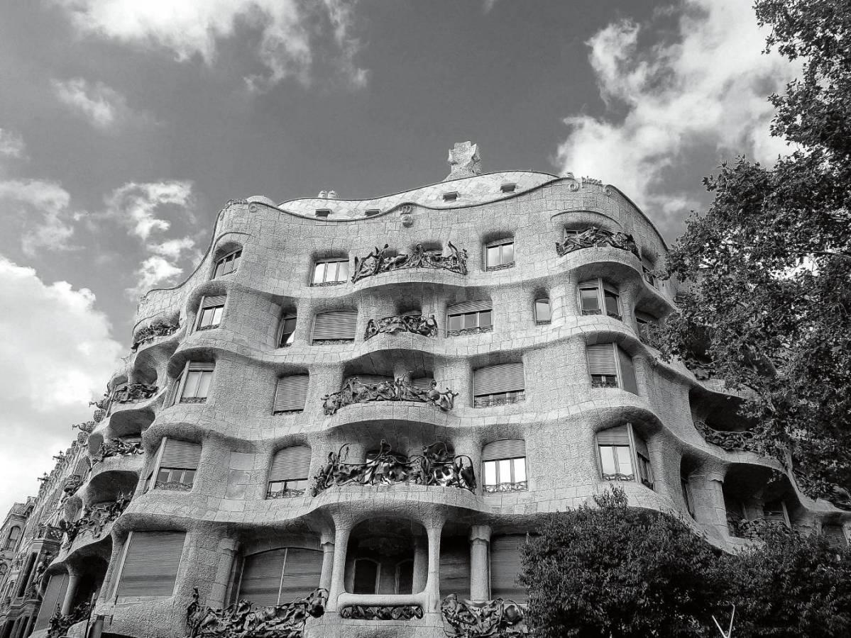 La Casa Milà, llamada popularmente «La Pedrera», obra del arquitecto Antoni Gaudí