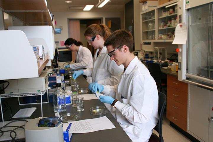 Alumno en un laboratorio