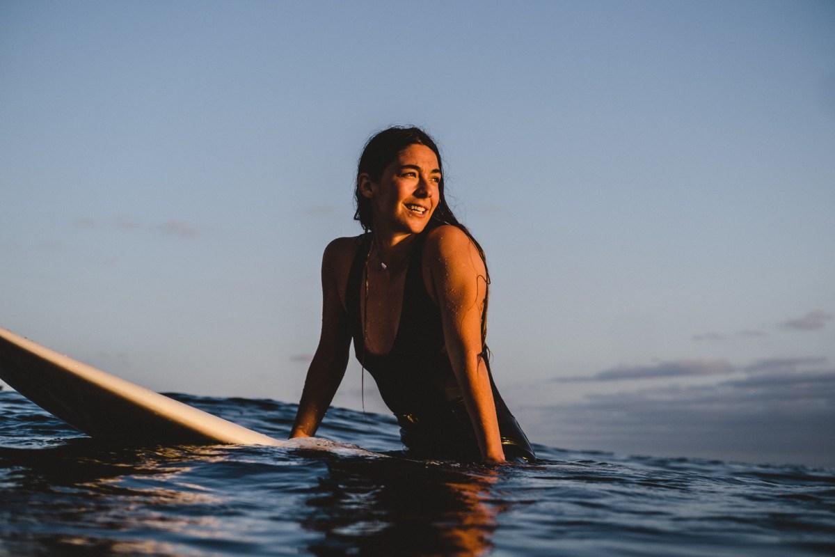 Garazi Sánchez sobre una tabla de surf