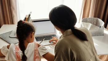 Madre e hija haciendo los deberes