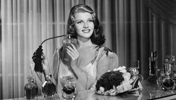 Rita Hayworth se perfuma en una imagen de archivo