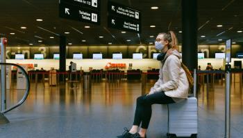 Chica en un aeropuerto