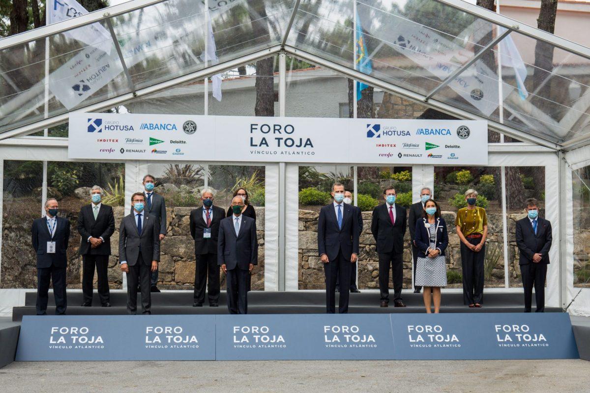 Foto familia en la inauguración de la II edición del Foro La Toja