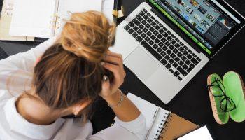 Una chica busca trabajo con su ordenador. Foto:energepic.com/Pexels