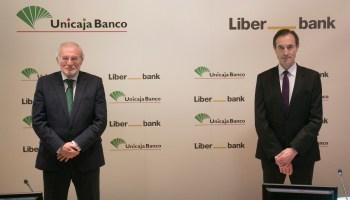 Manuel Azuaga, presidente de Unicaja Banco, y Manuel Menéndez Menéndez, CEO de Liberbank. Foto: Unicaja