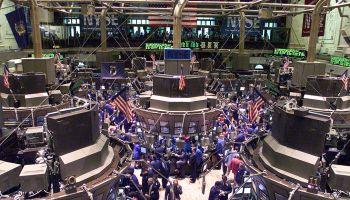Los operadores trabajan en el parqué de la Bolsa de Nueva York poco después de la campana de apertura el 24 de septiembre de 1999. El mercado sufrió grandes pérdidas durante la semana, ya que los valores tecnológicos perdieron su brillo. Foto: Jeff Christensen (Getty Images)