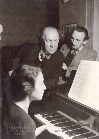 Schreker with members of his Berlin composition class