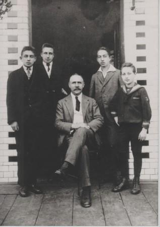 Sigmund Zeisl with his sons Erich, Egon, Walter and Wilhelm in front of Café Tegetthoff