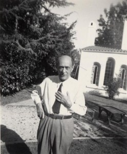 AS in front of his mock-Spanish villa in Brentwood (ASCV)