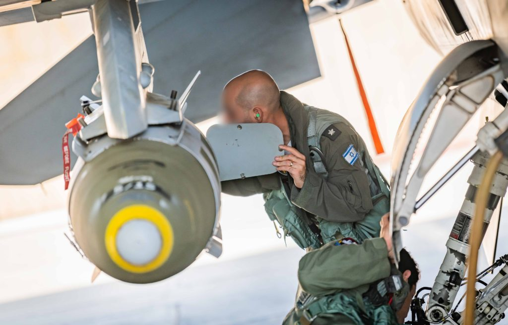 Operação Guardian of the Walls -  Atualizado 19/Maio. Piloto de F-16D da IAF checa uma JDAM (Joint Direct Attack Munition).