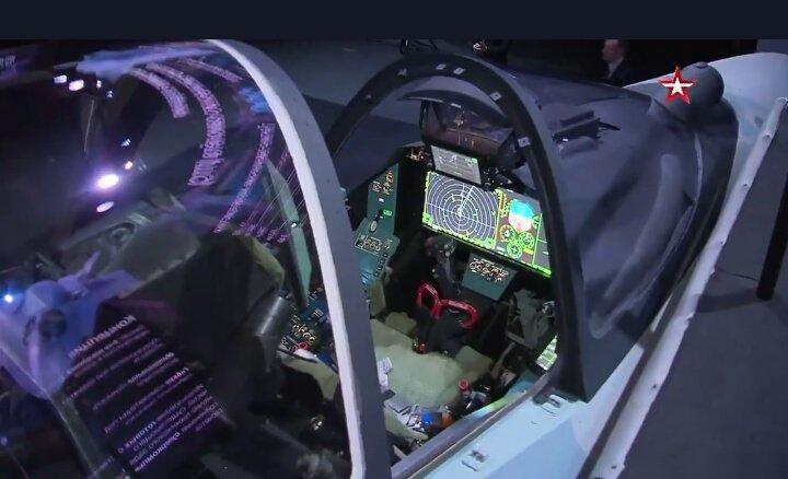 Su-75 é apresentado no MAKS 2021. O cockpit do Checkmate empresa um painel WAD (Foto: MAKS 2021).