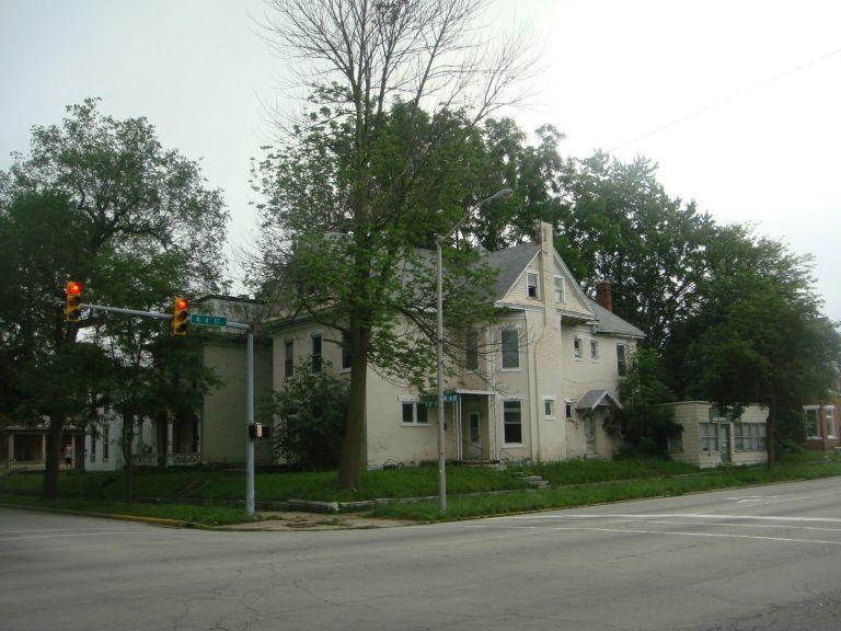 Large Multi-Family 4-unit Apartment, plus Commercial unit, (4408sqft-total) 1