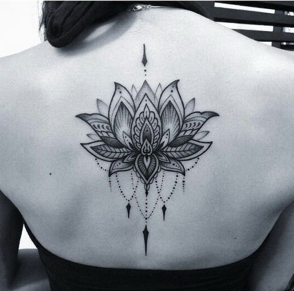 Tatuaje de loto Dotwork negro y gris.