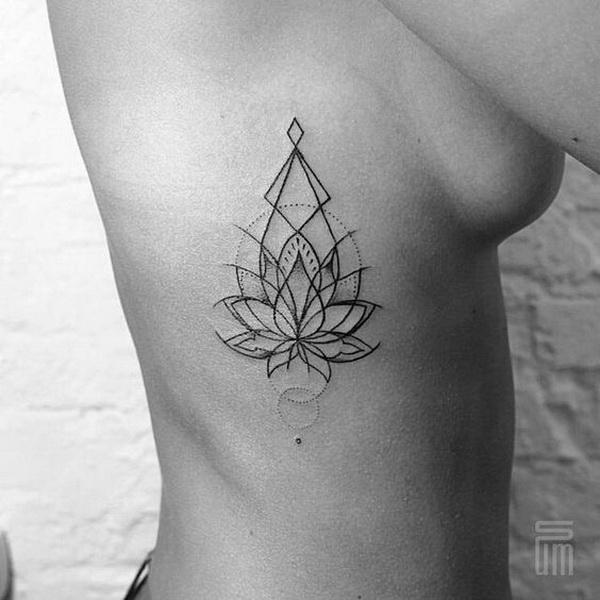 Tatuaje de loto geométrico en el lateral.
