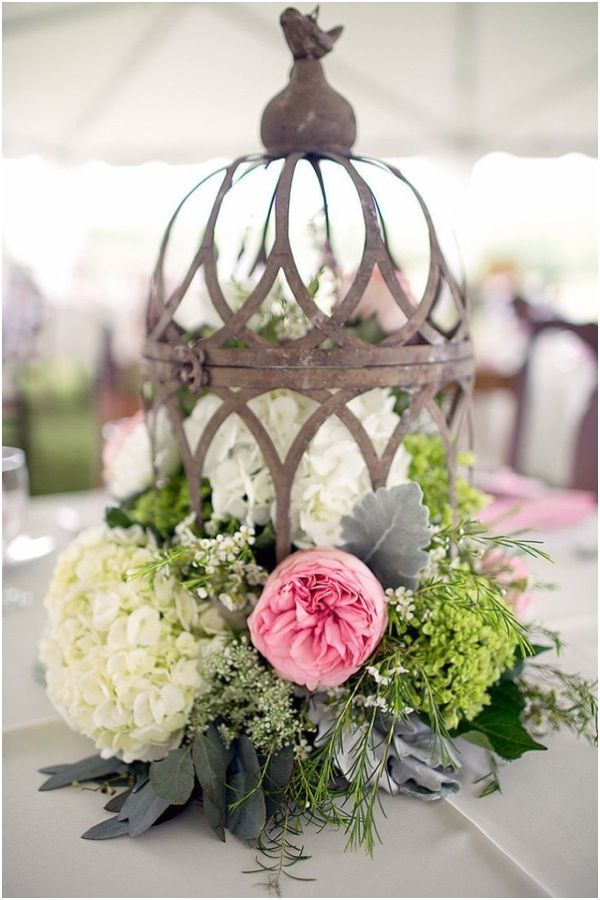 Vintage-Styled Wedding Centerpieces Made with Old Lantern and Fresh Flowers.