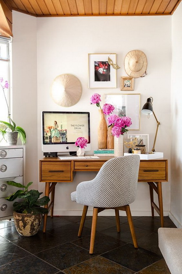 Eke out a corner of the living room and turn it into an inspiring place to work. A functional and beautiful home office that blends perfectly with the decoration style of your home.
