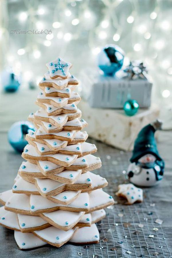 Love this creative idea to combine the cookies and Christmas tree together! This mini Christmas tree stacked by white cookies on a plate and added some blue edible beads on top. It is perfect for a Christmas party table.