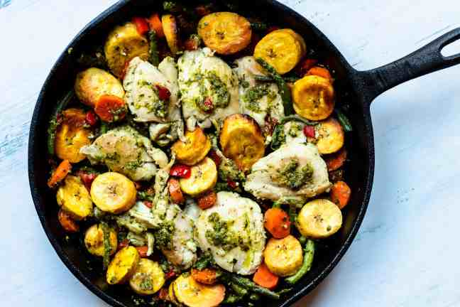 This recipe for Cast Iron Skillet Chicken Thighs with plantains and green beans is such a healthy and delicious meal! Click for the recipe
