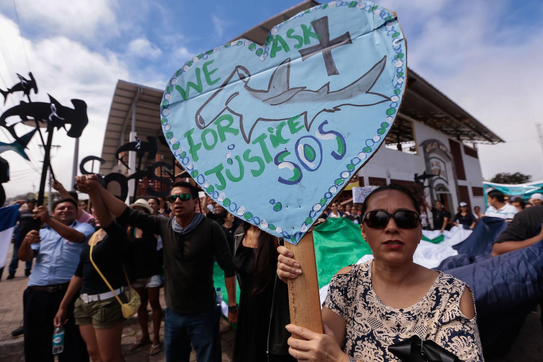 Residentes de las Islas Galápagos realizan una manifestación frente a la corte donde la tripulación de un barco de bandera china confiscado por la Armada ecuatoriana asiste a una audiencia, el 25 de agosto de 2017.