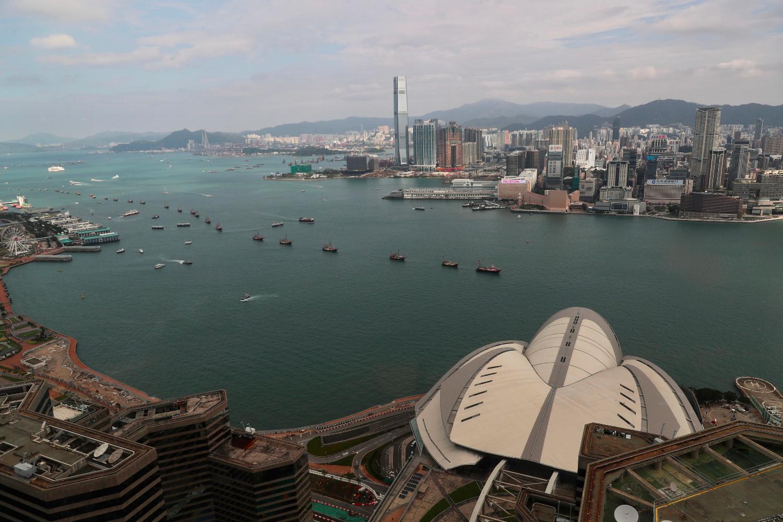 Barcos de pesca que llevan consignas y banderas nacionales chinas