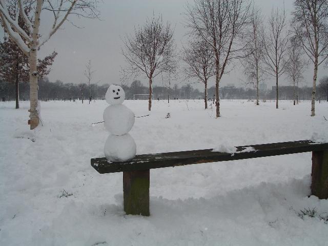 Joku on rakentanut lumiukon penkille Regent's Parkissa.