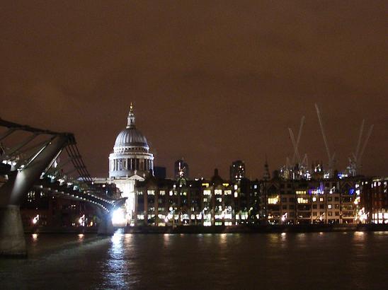St. Paul's Cathedral ja Millennium Bridge iltakymmeneltä.