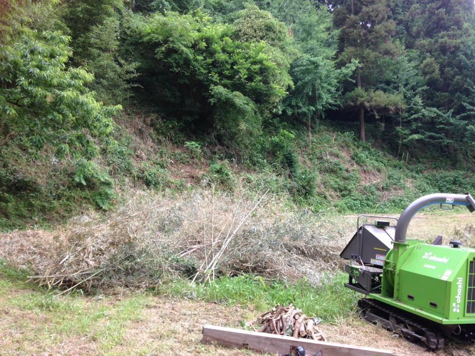 本日は、伐採竹の粉砕作業。