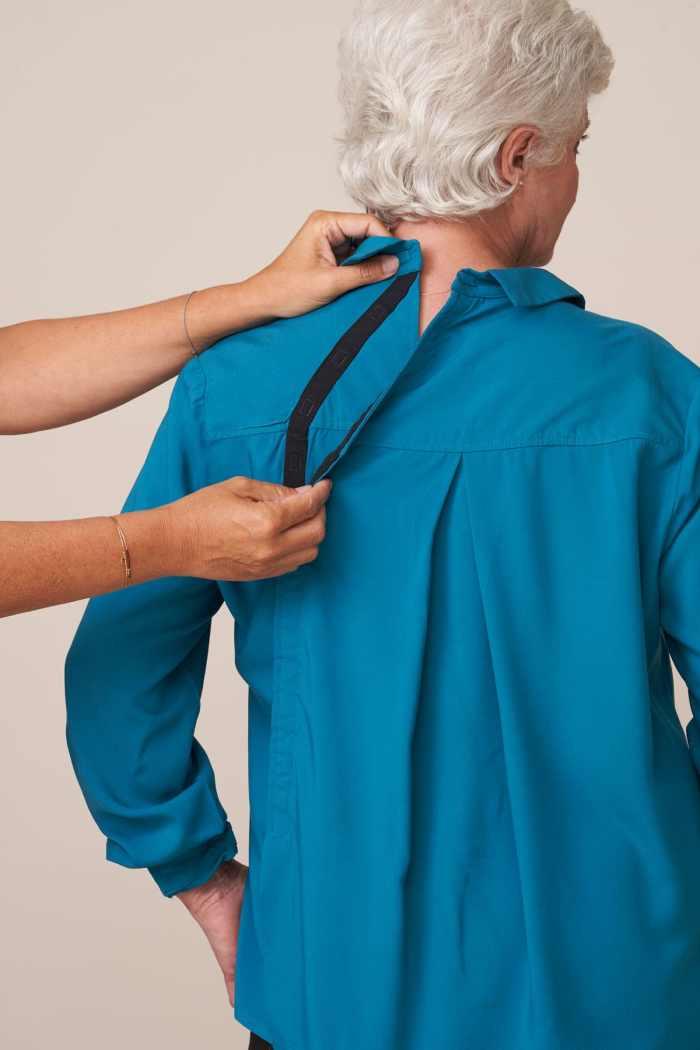 forestime vetement senior adapté chemise ouverture dos bleu canard clara