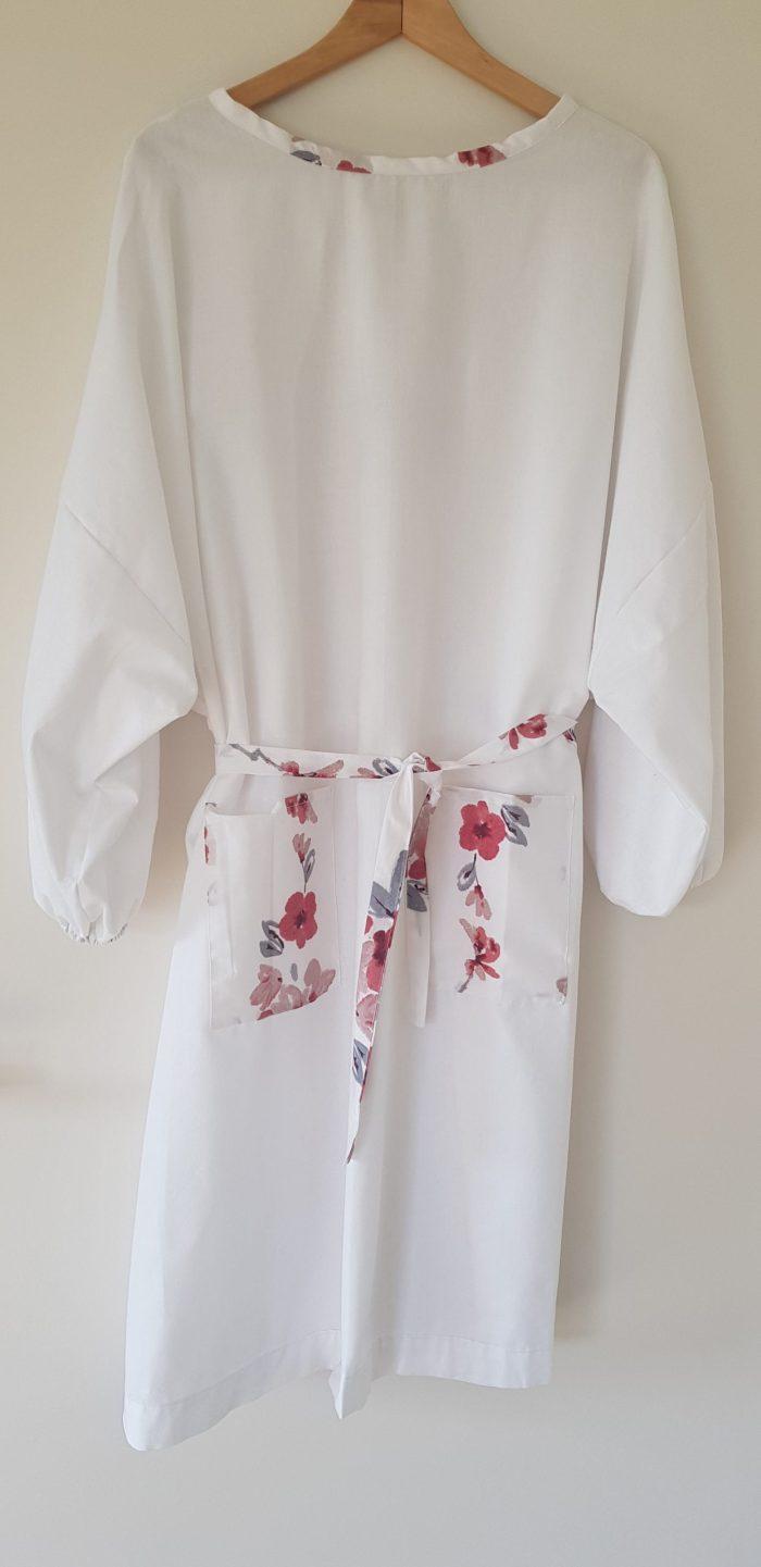 surblouse lavable en tissu blanc avec ses détails fleuris La Discrète