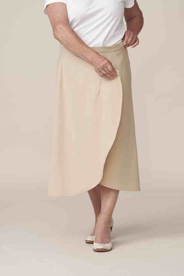 jupe portefeuille beige très facile à enfiler et à fermer pour senior