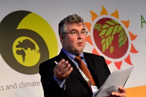 Peter Holmgren, directeur général du CIFOR, s'adresse aux participants de Forest Day à Doha en Qatar. Neil Palmer (CIAT).