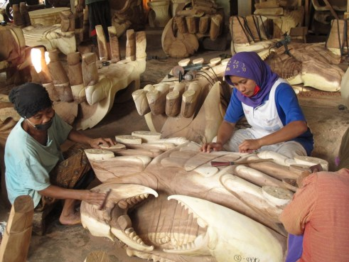 Women carve a furniture patern in Jepara - the centre of Indonesia's furniture trade. Melati Kaye/CIFOR