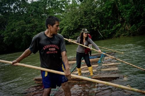 La científica de CIFOR Elena Mejía (a la derecha) acompaña a habitantes quechuas que están transportando madera a lo largo del río Arajuno, en Ecuador. Fotografía de