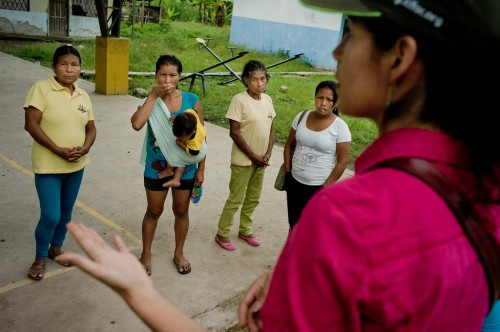 CIFOR scientist Elena Mejia talks to Kichwa women before their meeting with the villagers upon their return to inform the villagers of their results. Napo Province, Ecuador. Tomas Munita/ CIFOR
