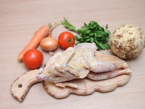 La importación de pollo congelado desde el sur de Brasil hasta la Amazonía occidental tiene una huella ecológica más alta que el permitir los mercados locales de carne de animales silvestres. Emilian Robert Vicol