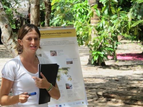 Marina Cromberg presenta resultados preliminares del Estudio Comparativo Global sobre REDD+ a comunidades en el Amazonas.