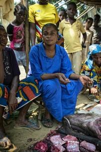 Jeanne Mwakembe vende carne de monte en Lukolela, República Democrática del Congo. La carne de monte de animales infectados ha sido una fuente común de brotes del virus del ébola en el pasado. Fotografía de Ollivier Girard /CIFOR photo
