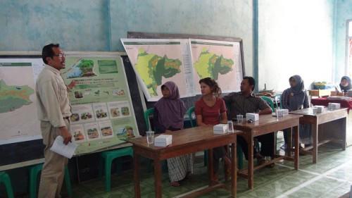 Peneliti CIFOR Yuli Nugroho menjelaskan proyek PMRV dalam pertemuan masyarakat di Jawa Tengah, Indonesia. Yudha Nugroho/Foto CIFOR